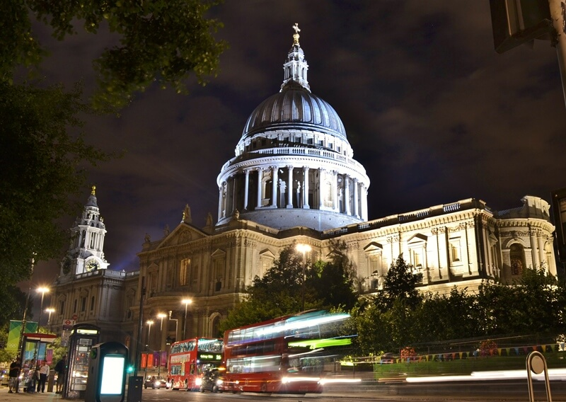 Buses in front of St Paul's Cathedral