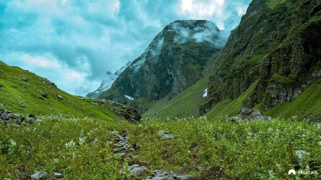 A route though the mountains that is a great spot for Himalaya Trekking For Beginners